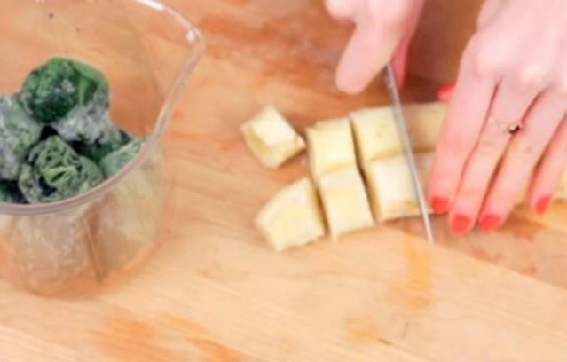 нарезать замороженные шпинат и банан