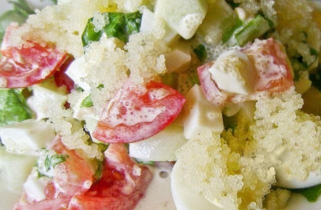 салат с креветками и икрой мойвы