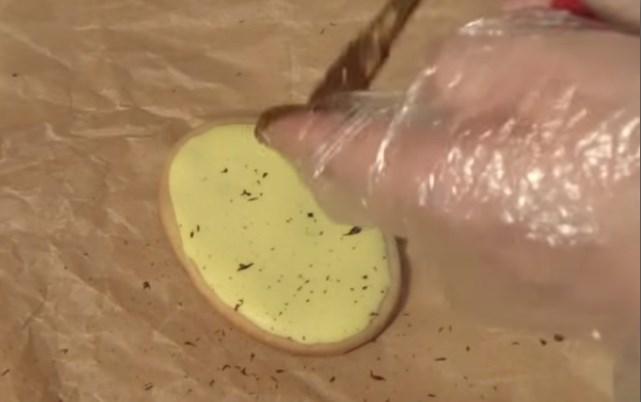 взбрызгнуть печенье шоколадом