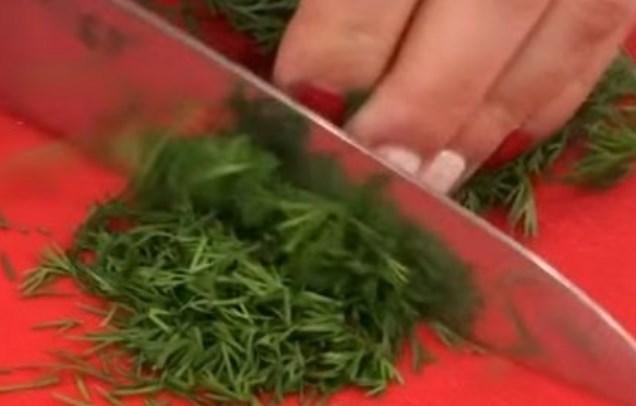 порезать мелко зелень