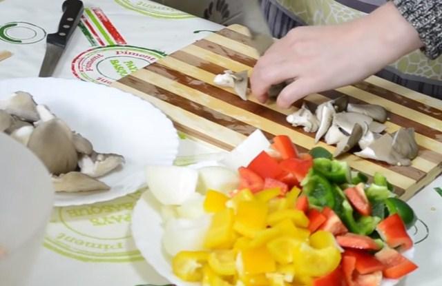 нарезать овощи и грибы