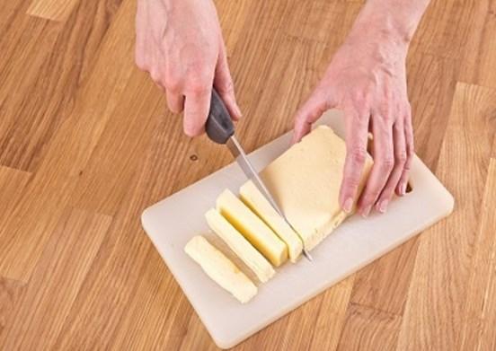 нарезать пластами масло