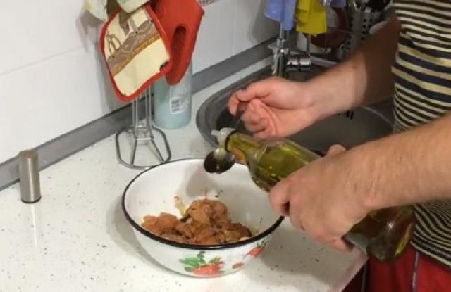 влить растительное масло