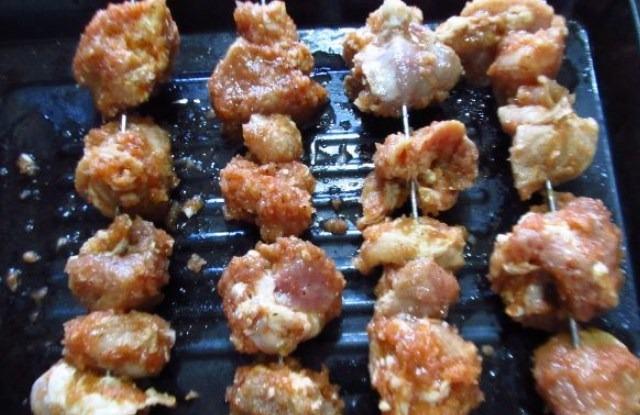 надеть мясо на шампура