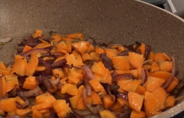 обжарить морковь и копчености