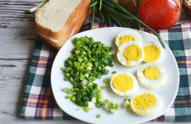 нарезать яйца и лук
