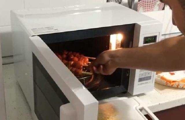 поставить печь в микроволновку