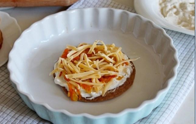 посыпать обжаренными овощами и сыром