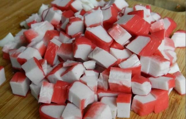 нарезать небольшими кубиками крабовые палочки