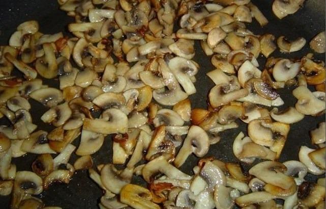 нарезать грибы и обжарить
