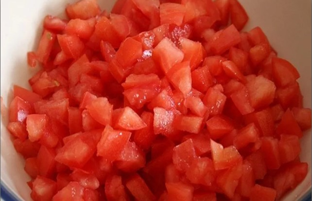 нарезать помидоры
