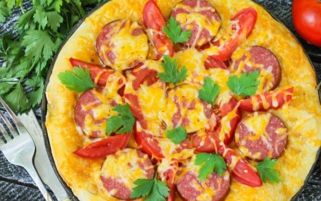 Пицца с колбасой, помидорами и сыром