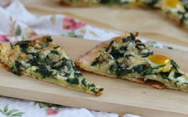 пицца со шпинатом и перепелиными яйцами
