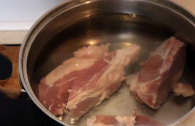 залить мясо водой
