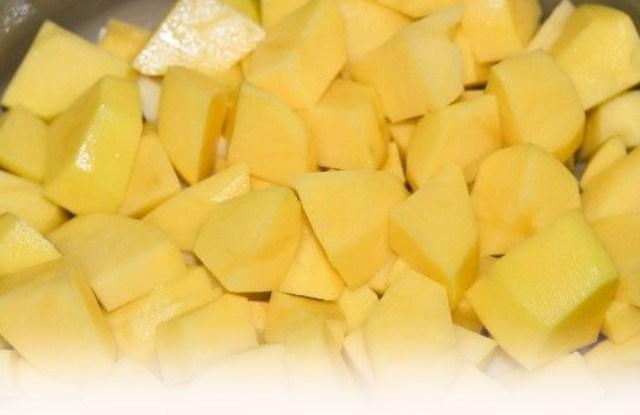 порезать кубиками картофель