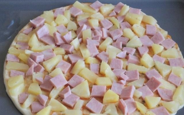 разложить ананасы и ветчину, чеснок