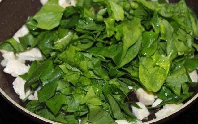 обжарить лук и шпинат