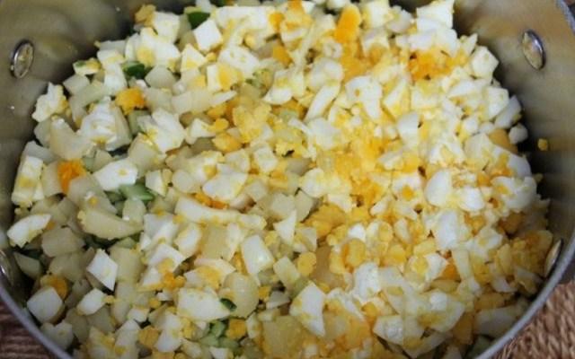 нарезать яйца и картофель
