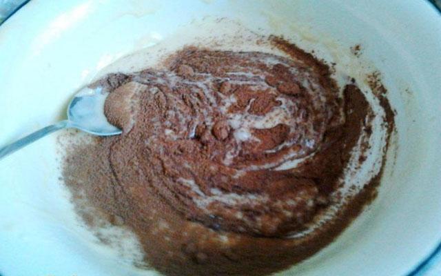 Для глазури смешать сметану с сахаром, сливочным маслом и какао