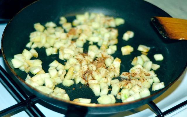Обжариваем яблоки