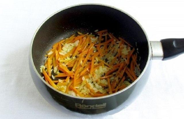 обжарьте лук, морковь