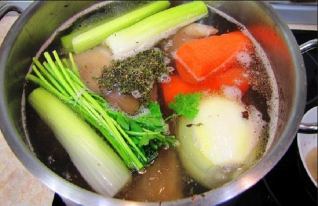 овощи и травы в бульон