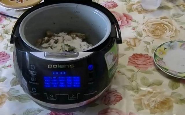 добавить томатную пасту, специи, муку
