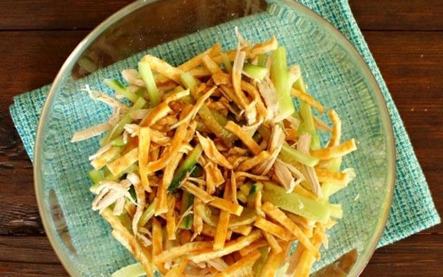 Готовую заправку вылить в салат, аккуратно перемешать