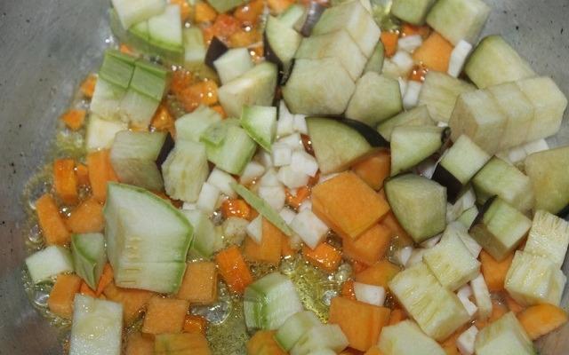 добавить овощи в сковороду
