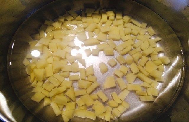 картофель в кипящую воду