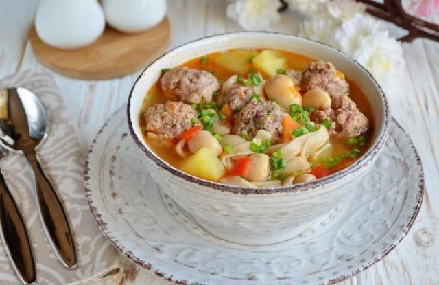 суп с фрикадельками и консервированной фасолью