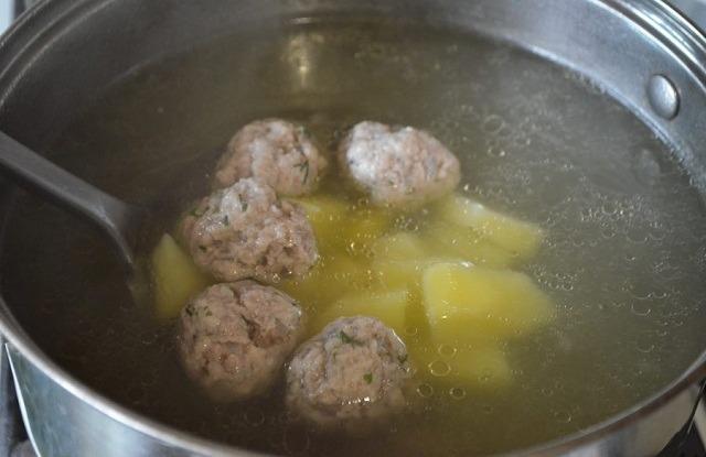 картофель и фрикадельки в мясной бульон