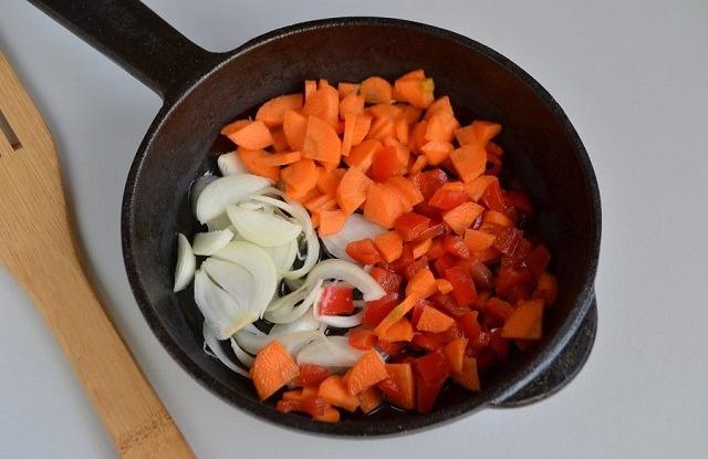 нарезать, обжарить овощи