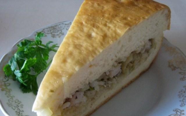 Пирог из сырой рыбы с рисом и луком