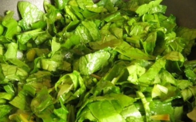 обжарить шпинат и порей
