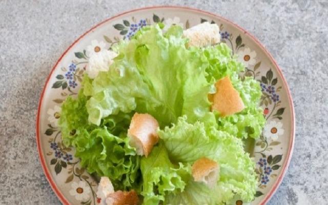 разложить листья салата и сухари