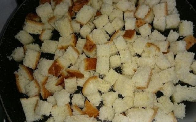 нарезать хлебные кубики