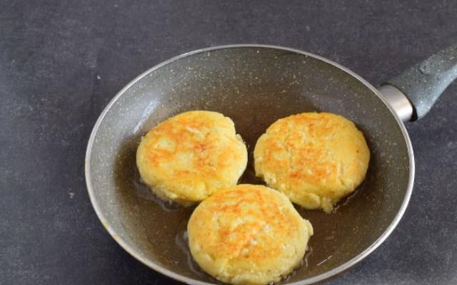 сформировать и испечь сырники