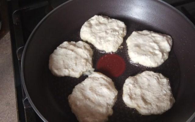выложить сырники на сковородку