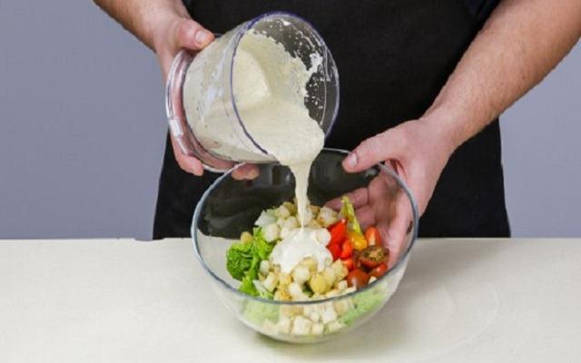 заправить салат