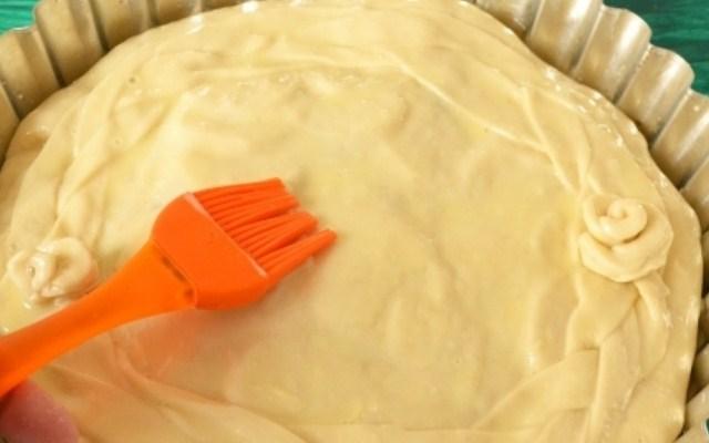 смазать сверху пирог