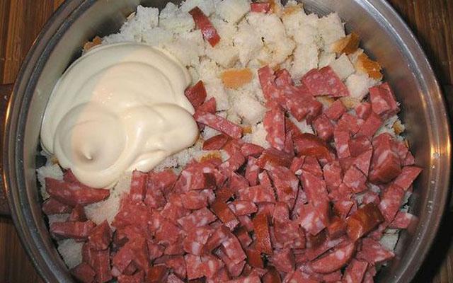 колбаса, лук, майонез