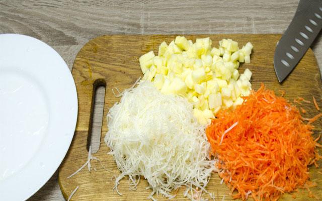 нарезаем лук, сельдерей, морковь
