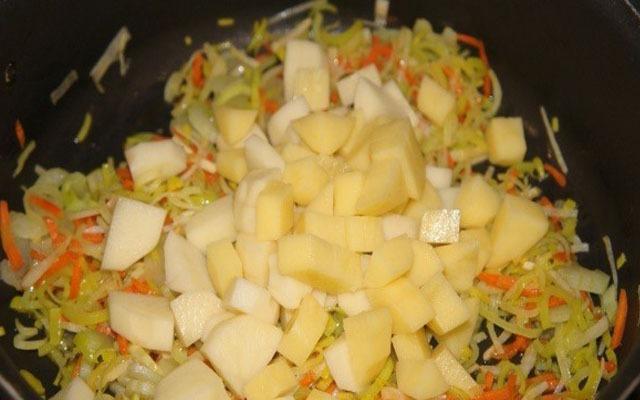 добавляем картофель и бульон