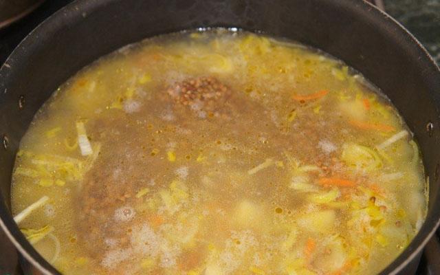 добавляем бульон, специи и соль