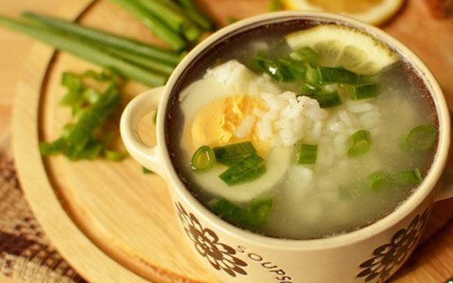 разливаем по тарелкам суп