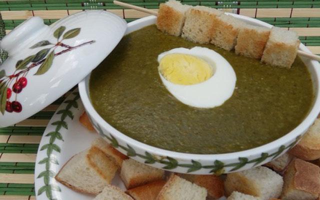 наливаем суп в тарелки, добавляем яйца