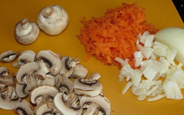 нарезаем грибы, морковь, лук