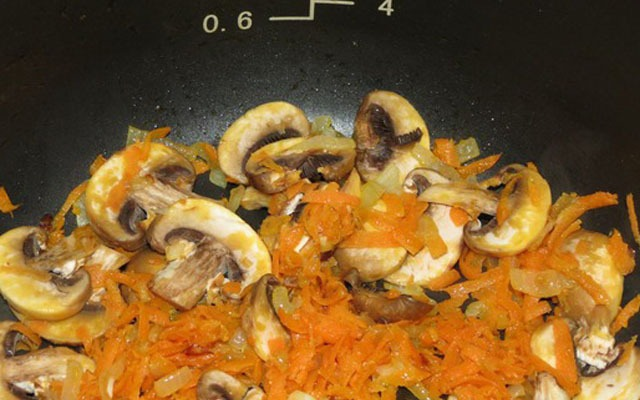 обжариваем нарезанные овощи