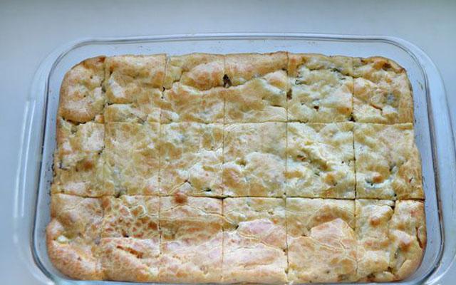 разрезаем готовый пирог на куски